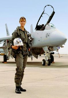 Carey Lohrenz is the first US Navy female pilot Female Fighter, Fighter Pilot, Fighter Aircraft, Fighter Jets, Female Pilot, Female Soldier, Tomcat F14, Pilot Uniform, Military Girl