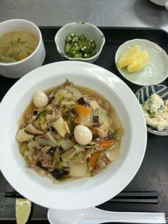 7月25日。中華丼、おからサラダ、オクラのおかか和え、はるさめスープ、パイナップルでした!カロリー575、たんぱく質23g、塩分3gです♪