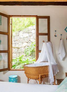 Bercinho de fibra natural foi incorporado à decoração do quarto do casal.