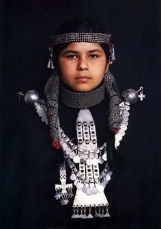 he Mapuche people live on the Andes Mountains, straddling Argentina and Chile, - Folkloreschmuck Chili, Andes Mountains, Folklore, Fade To Black, Ethnic Jewelry, Jewellery, Portraits, People Around The World, Traditional Dresses