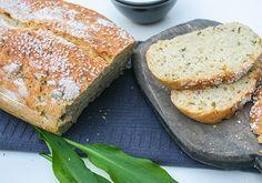 Leckeres Brot mit frischem Bärlauch