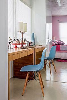 Penteadeira   No quarto, o móvel tem gavetas sob o tampo e acomoda objetos pessoais e acessórios da moradora. Cadeira Eiffel, de Charles Eames, comprada na Tok & Stok (Foto: Edu Castello/Editora Globo)