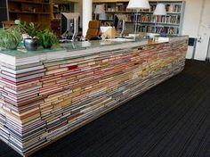 Mostrador montado a base de cientos de libros.