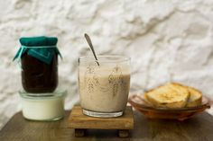 Nessa versão, a clássica bebida indiana é preparada com iogurte congelado e geleia caseira. Um ótimo atalho para o café da manhã num dia bem quente de verão! Lassi, Glass Of Milk, Panna Cotta, Nutrition, Breakfast, Ethnic Recipes, Fitness, Yogurt Cake, Frozen Yogurt