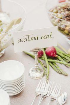 preciosa mesa de aperitivos decorada con verduritas.  Color perfecto en la caligrafía.  via @elsofaamarillo