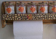 É DECORAÇÃO?🎨 TEM FRETE GRÁTIS! 🚚 Sua decoração fica muito mais encantada na🌟 ELLO BRILHO aproveite! 👏 E clica 👇 no link. http://www.elo7.com.br/porta-condimento-com-porta-rolo-de-papel-toalha-latinha-e-vidro-reciclavel/al/BB965