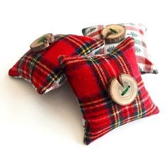 Oh the smell of pine! So delightful! My favorite scent any time of the year, but theses fabrics can get you into the holiday spirit.  Use this sweet little pine pillow to bring the smells of the outdoors in. You can also use them to make your fake Christmas tree smell real or to freshen your car. Place them in a drawer or closet to infuse your clothes or linens with the smell of a mountain pine forest. Who doesnt want pine scented socks? I also use them to store with my holiday decorations…