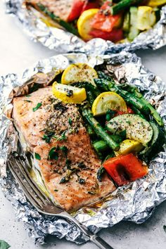 Butter Garlic Herb Salmon Foil Packets are made with tender and flaky salmon with fresh summer veggies. They cook to perfection with the best garlic herb compound and will become a family favorite! Steak Foil Packets, Grilled Foil Packets, Foil Packet Dinners, Foil Pack Meals, Foil Dinners, Salmon In Foil Packets, Hobo Packets, Salmon Recipes, Fish Recipes