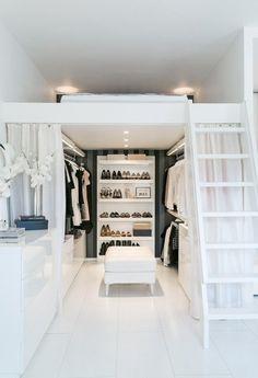 closet pequeno com cama em cima
