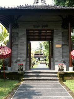 The entrance to The Chedi Club sets the stage for Balinese traditional style.