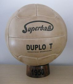 """Mundial de Brasil 1950 A este balón se le conoce como el """"Super Duplo"""". Este modelo revolucionó la tecnología en la fabricación de balones, pues fue el primero en disponer de una válvula para ser inflado. Al no tener cosido, el balón era menos peligroso para los jugadores."""