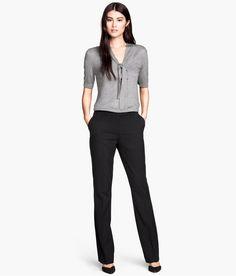 Detalle del producto | H & M GB Pantalones de traje con corte tipo bota en un tejido de estiramiento con un sujetador de gancho y ojo, bolsillos laterales, bolsillos ribeteados en la parte trasera, y un cinturón de cuero de imitación estrecha.