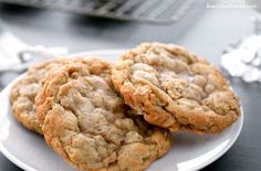 Enjoy chewy, homemade oatmeal cookies just like grandma used to make. This recipe has been perfected with decades of cheek pinching and bear hugs. Homemade Oatmeal Cookies, Oatmeal Cookie Recipes, Oatmeal Raisin Cookies, Cookie Recipe Without Vanilla, Banana Madura, Walnut Cookies, Best Oatmeal, Cupcake Cookies, Cupcakes