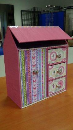 une boite en forme de maison vue sur F comme encadrement