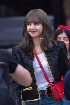 cre: on pic Kpop Girl Groups, Kpop Girls, Lisa Hair, Lisa Blackpink Wallpaper, Blackpink Members, Kim Jisoo, Black Pink Kpop, Blackpink Photos, Jennie Blackpink