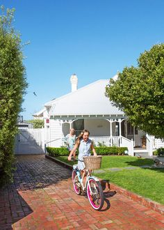 An old weatherboard guesthouse has been transformed into a contemporary Hamptons-style cottage that enjoys a summertime feel year round. Take a tour. Hamptons Style Homes, Cottage Style Homes, Hamptons House, Country Style Homes, French Country Style, The Hamptons, Hamptons Style Bedrooms, Hamptons Living Room, Modern Country