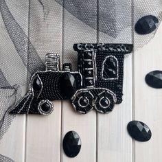 Еще с детства люблю поезда 🚄 и железную дорогу, люблю поездки и путешествия.  Винтажный паровоз 🚂 в черно серебряном цвете для таких же как я любителей))) Брошь доступна к заказу. Цена 380 грн.   #rasskazova_jewellery #rasskazova #купитьброшь #купитьброшьукраина #зробленовукраїні💙💛 #брошьизбисераукраина #брошьпаровоз #чернаяброшь #брошьвналичии #брошьвналичиикиев
