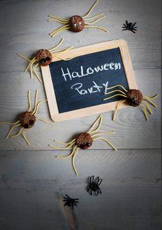 #Halloween  #gehaktbal  #spinnen  #Hartigehapjes #traktatie #pasta #herfst Halloween Diy, Pokemon, Place Card Holders, Pasta, Party Ideas, Invitations, Messages, Treats, Crafty