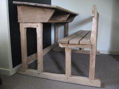 Oude schoolbank van eikenhout voor 2 leerlingen..