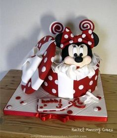 Minnie Mouse Gift Box Cake - Cake by Rachel Manning Cakes - CakesDecor Minni Mouse Cake, Minnie Mouse Gifts, Mickey And Minnie Cake, Bolo Minnie, Mickey Cakes, Fancy Cakes, Cute Cakes, Gift Box Cakes, Character Cakes