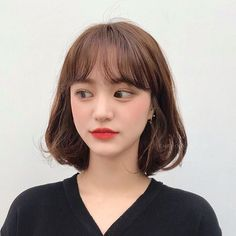 If you've got fine hair, korean hairstyle female 2020 choose a chin-length bob because it creates an illusion of fullness round the backside of the hair. Kpop Short Hair, Ulzzang Short Hair, Kpop Hair, Asian Short Hair, Short Hair With Bangs, Asian Hair, Short Hair Cuts, Short Hair Styles For Round Faces, Hairstyles For Round Faces
