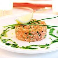 Salmon tartare - def need to reportion this, don't want to feel full after the first course. This can't be made days or weeks ahead, but it is easy and on the day self it can be made in the morning. Tapas, I Love Food, Good Food, Yummy Food, Xmas Food, Cooking Recipes, Healthy Recipes, Snacks Für Party, Happy Foods