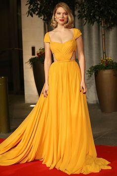 La actriz Léa Seydoux en un look de vestido drapeado amarillo canario de Prada, durante los BAFTA Film Awards en Londres.