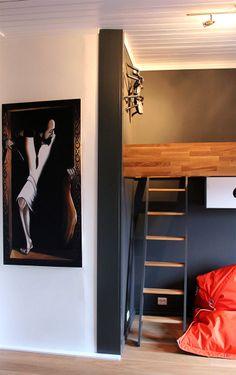 Stige til loftssengen og maleri av Loke Loke, Entryway, Villa, Furniture, Home Decor, Appetizer, Room Decor, Door Entry, Home Interior Design