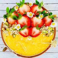 I didn't know how to name it, but I really like the way it turned out! This is a smoothie bowl made with bananas and mangos topped with raspberries, popped quinoa, pistachios and lovely flowers 💐 💛💐💛💐💛💐💛 Vegan Smoothies, Fruit Smoothies, Smoothie Recipes, Smoothie Bowl, Chia Bowl, Raw Vegan Desserts, Incredible Edibles, Bananas, Food Inspiration