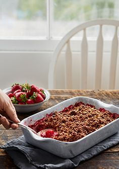 Strawberry and rhubarb crisp with chocolate crumble Chocolate Strawberries, Raspberries, Crisp Recipe, Dessert Drinks, Healthy Sweets, Desert Recipes, Finger Foods, Sweet Tooth, Brunch
