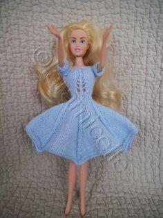 FREE - KNIT - to be translated - tuto gratuit barbie, robe corsetée - laramicelle Knitting Dolls Clothes, Crochet Barbie Clothes, Knitted Dolls, Crochet Barbie Patterns, Barbie Clothes Patterns, Barbie Style, Habit Barbie, Mini American Girl Dolls, Barbie Friends