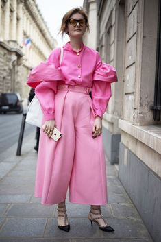 Paris Fashion Week street style as shot by Simon Chetrit. Pink Fashion, Paris Fashion, Fashion Outfits, Fashion Trends, Style Fashion, Street Style Trends, Street Style Looks, Ropa Color Pastel, Pink Outfits