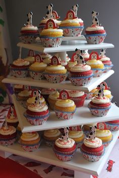 adorable!  There are too many cup cake stand choices!