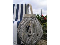 Groot windlicht 'Swirl' van gedraaid bamboe. In het windlicht zit een glazen cilinder voor een kaars - Aviale.nl