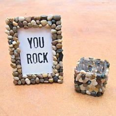 小石をたくさん貼り付けて。川原でのバーベキュー写真は、川原から持ち帰った小石で彩って。