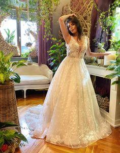 Rochie de mireasa A-line, cu trena spectaculoasa, croita din tulle si dantela macrame. Decolteul adanc in stil V avantajeaza mai multe tipuri de bust in timp ce corsetul cambrat are un efect de subtiere a taliei . Lace Wedding, Wedding Dresses, Mai, Corset, Macrame, Fashion, Bride Dresses, Moda, Bridal Gowns