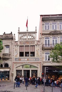 """You can't miss Livraria Lello - The outside is unique and there was a huge line. - """"Three Harry Potter Porto Sites to See"""" - Two Traveling Texans"""