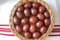A húsvéti ünnepkör egyik legfontosabb eleme a húsvéti tojás, melynek elkészítésére mindenképpen érdemes időt szentelni, hogy igazán szép darabokkal lephessük meg a locsolókat! A következő leírásból kiderül, hogy hogyan készíthetünk otthon gyorsan és egyszerűen csodás tojásokat a hagyományos magyar tojásírás technikájával.  Szükséges eszközök 10-15 kifújt, vagy főtt tojás méhviasz íróka (kézműves boltban beszerezhető) néhány papírguriga tojásfesték befőttes üvegek Előkészületek Akinek van…