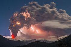 Erupcion Cordon Caulle. Lava, rayos y una gran fumarola fue posible apreciar durante una de las frias noches de invierno, mientras el volcan mostraba su actividad. www.southpressagency.com