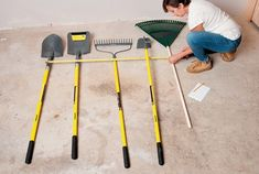 In less than an hour you can get that jumble of long-handled yard tools neatly stored in this simple rack. Storage Shed Organization, Diy Garage Storage, Storage Racks, Backyard Storage, Garden Tool Storage, Pallet Tool, Tool Hangers, Best Garden Tools, Yard Tools