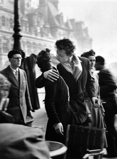 """Em 1950, o fotógrafo Robert Doisneau capturou com uma Leica o famoso """"Beijo no Hotel de Ville"""". Inspirador, não? ROBERT DOISNEAU / REPRODUÇÃO"""