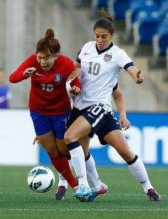 Carli Lloyd Photos - US Womens National midfielder Carli Lloyd and Korea Republic forward Ji Soyun fight for the ball in the first half during the game at Gillette Stadium on June 2013 in Foxboro, Massachusetts. - South Korea v United States Female Football, Women's Football, Soccer Usa, Carli Lloyd, Soccer Pictures, Great Women, Soccer Players, Sports Women, South Korea