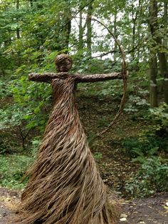 Good Absolutely Free weaving art sculpture Suggestions Made From Woven Willow – The ancient art of basket weaving is believed to be one of the widest sp Outdoor Sculpture, Outdoor Art, Willow Tree Art, Willow Branches, Art Environnemental, Art Et Nature, Art Antique, Forest Art, Environmental Art