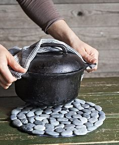 Tutorial on how to make a pot stones hot pad. make with beach stones Rock Crafts, Crafts To Make, Arts And Crafts, Diy Crafts, Stone Rug, Diy Origami, Camping Crafts, Jar Gifts, Hot Pads