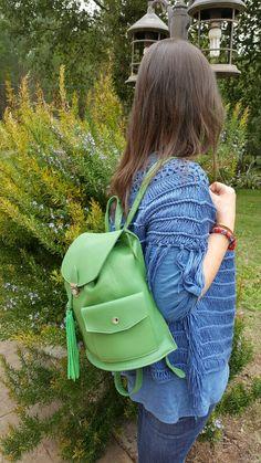#Mochila grande de piel, para l@s que nos gusta llevarlo todo y algo más 💚 #feitoengalicia #artesaniadegalicia #arzúa #coiro #feitoaman #mochilas #bags #corzoartesania #craft #handmade #leather  #verdes #colores #green