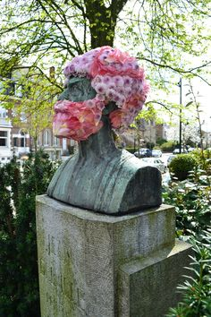 El tipo que adorna estatuas con barbas florales | The Creators Project