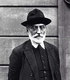 Miguel de Unamuno nació a Bilbao en 1864 y fue un escritor y filósofo español perteneciente a la generación del 98. En su obra cultivó gran variedad de géneros literarios como novela, ensayo, teatro y poesía. Fue, asimismo, diputado del Congreso de los Diputados de 1931 a 1933 por la circunscripción de Salamanca. Fue nombrado rector de la Universidad de Salamanca tres veces; la primera vez en 1900 y la última, de 1931 hasta su destitución, el 22 de octubre de 1936. Murió en 1936