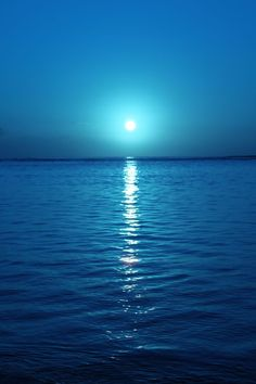 There are lots of things money cannot buy.Your beauty mother nature is one of them. Ocean Wallpaper, Nature Wallpaper, Wallpaper Backgrounds, Beautiful Moon, Beautiful Beaches, Beautiful World, Blue Aesthetic, Belle Photo, Night Skies