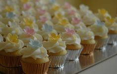 Simple and pretty mini flower cupcakes (Cakes n Bakes Dubai).