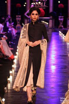 Black Anarkali kameez kameez suits the perfect outfit for me Indian Suits, Indian Attire, Indian Ethnic Wear, Indian Dresses, Punjabi Suits, India Fashion, Asian Fashion, Emo Fashion, Fashion Photo